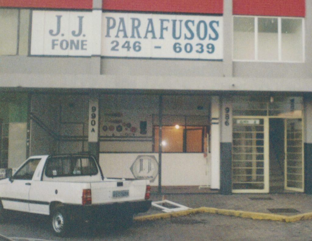 A USIFIX iniciou suas atividades tendo como seus fundadores os irmãos Jovano Iancoski e Fernando Junior Iancoski, então com 19 e 14 anos. As instalações se resumiam a uma sala de 16m² duas mesas e dois telefones, atuando no mercado de parafusos e fixadores como revenda.